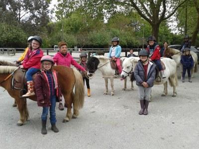 la-providence-centre-decouverte-du-poney-au-centre-equestre-fenicat-pour-les-classes-de-cp-et-cp-ce1